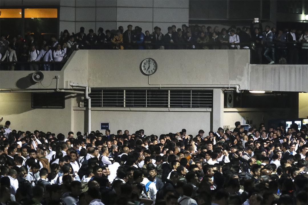 2月22日晚上,香港警察隊員佐級協會發起特別會員大會,聲援因襲擊示威者而在近日被判監的7名警察,約有3.3萬人出席。