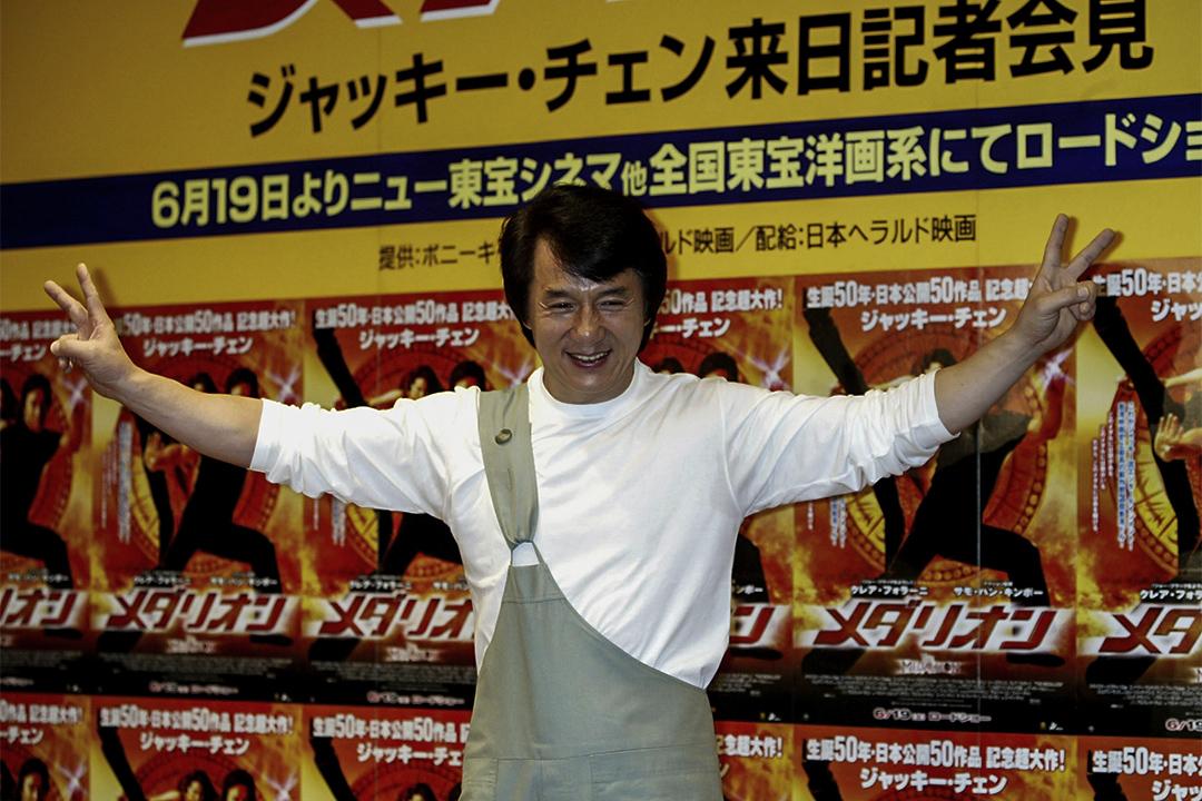 成龍於2004年在日本東京出席記者會,為電影《飛龍再生》作宣傳。