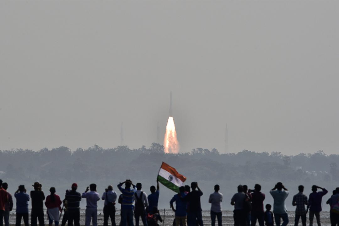 人們正在觀看印度的104顆衞星火箭PSLV-C37發射升空。