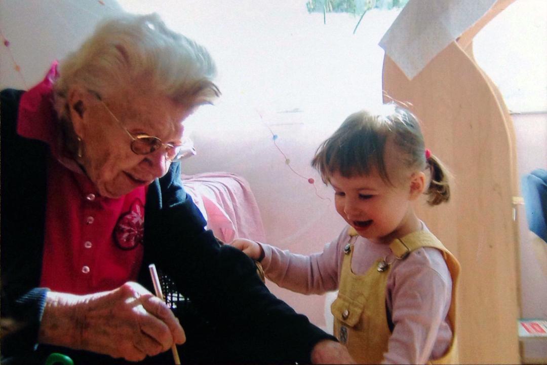 看到孩子們,和他們一起玩耍,會讓老人們忘了自己的年齡和病痛。這是一種非常有效的陪伴治療。