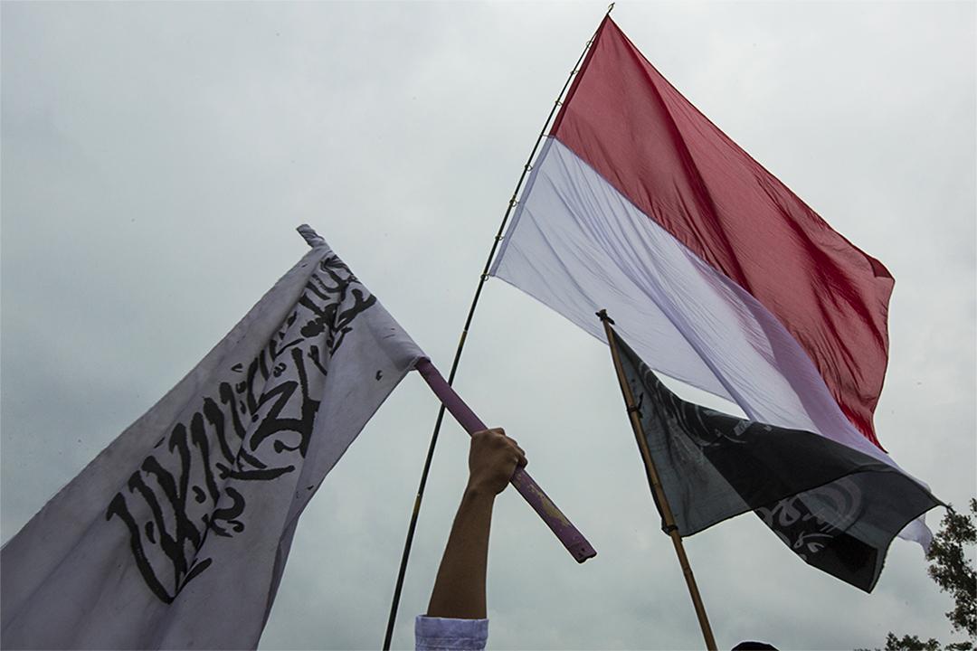 2017年2月11日,印尼一個禱告集會中,有人高舉印尼及伊斯蘭旗,呼籲人們選出穆斯林領導人。
