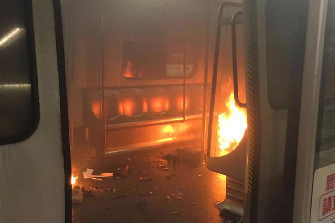 港鐵尖沙咀站有列車車廂著火。