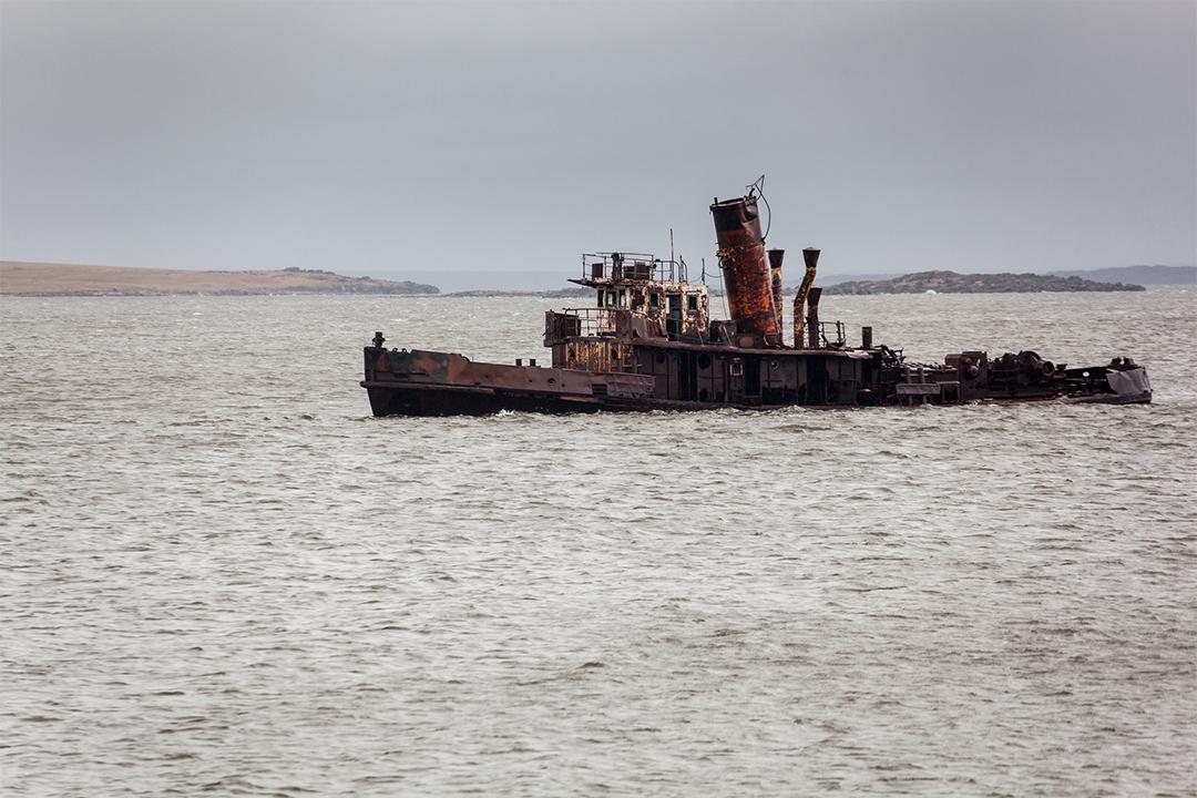 被廢棄的船在水中央。