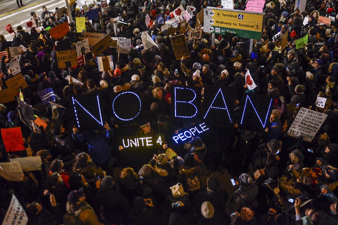 2017年1月28日,大批示威者在紐約約翰·甘迺迪國際機場集會抗議總統特朗普的入境禁令。