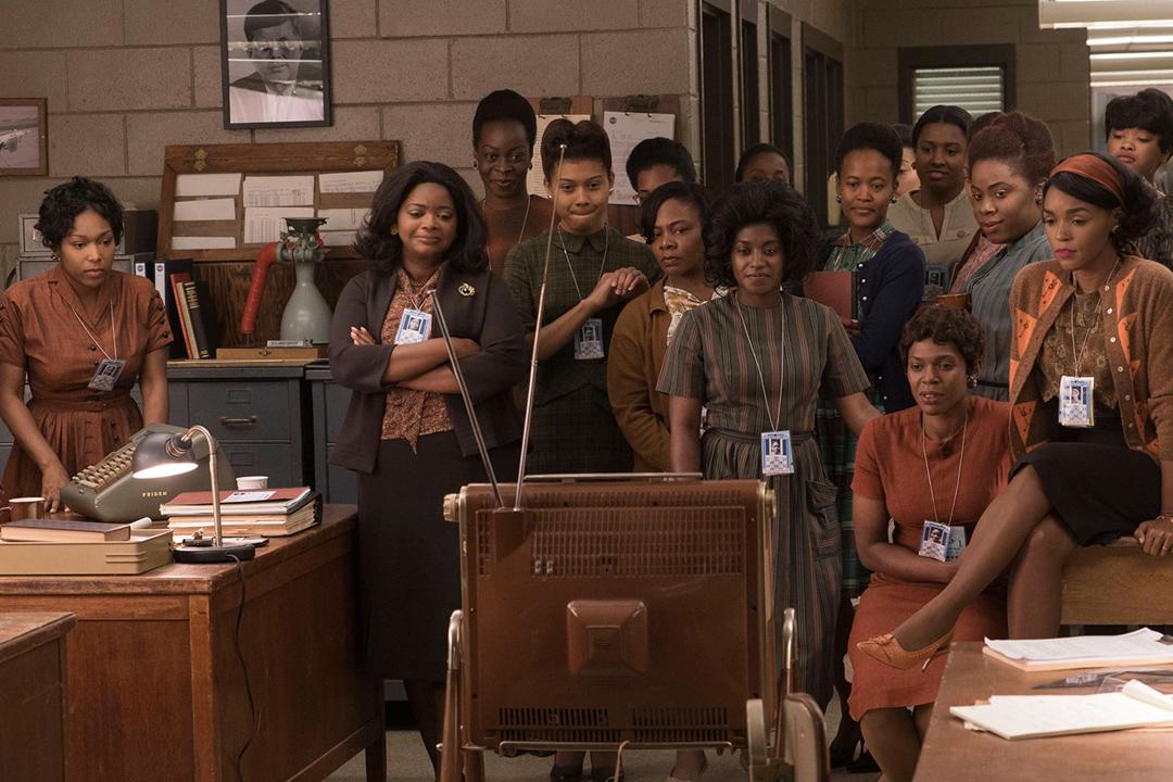 《Hidden Figures》劇照。在種族隔離被人們習以為常的 NACA 時代,黑人女計算員們被隔離在園區西部的建築裏工作,與白人使用不同的食堂和洗手間。