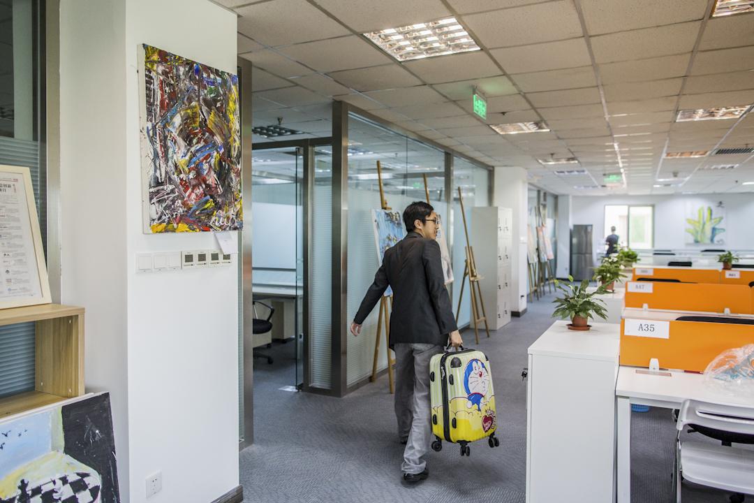 台籍創客到北京遠見育成中心內部參觀。