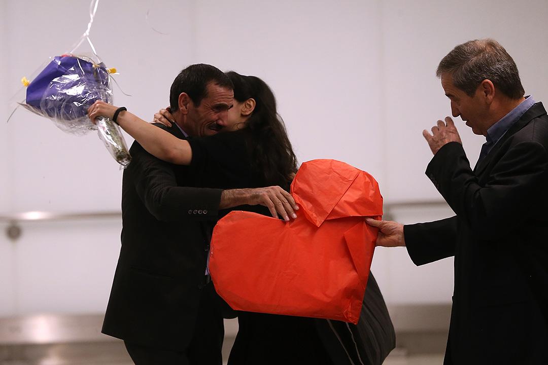 2017年2月2日,美國洛杉磯,伊朗人Ali Vayeghan於抵達美國機場後與家人擁抱。他於特朗普有關移民入境的行政命令實施當日,到達美國被禁入境及遺送回伊朗。