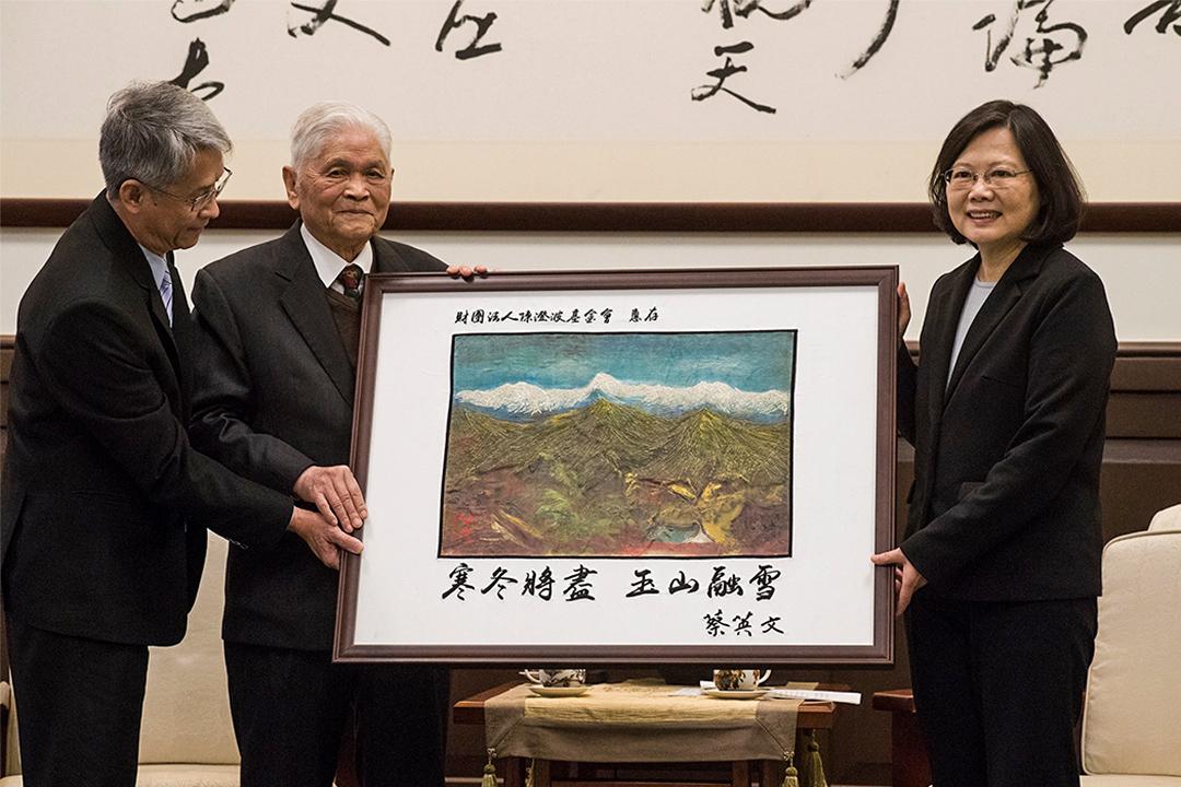 蔡英文指政府會改變「只有受害者、沒有加害者」的現狀,以穩健的腳步推動轉型正義。圖為蔡英文手持在二二八事件中被殺害的台灣畫家陳澄波先生所留下的最後一幅畫《玉山積雪》。