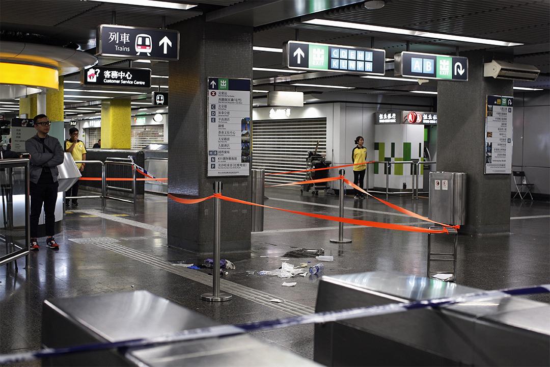 尖沙咀地鐵站內有職員戒備。