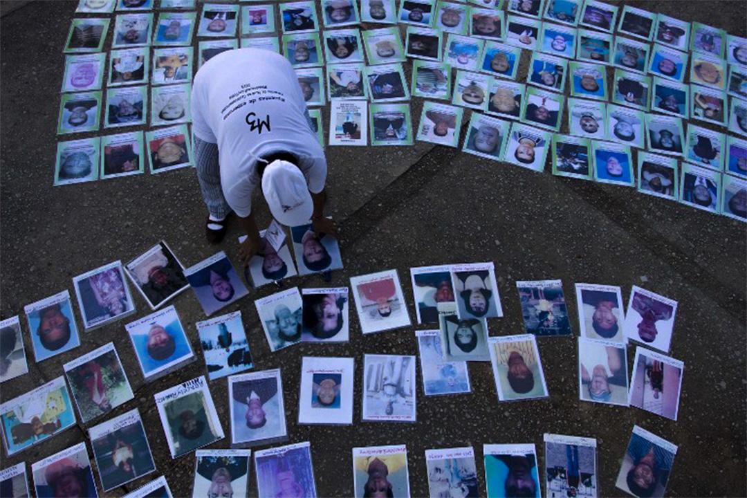 遊行期間,失蹤移民的相片都攤開在路上。