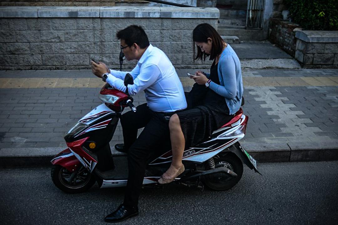 儘管中國互聯網受到嚴重限制,但移動設備和電子商務仍到廣泛應用。圖為中國居民正在使用他們的手機。