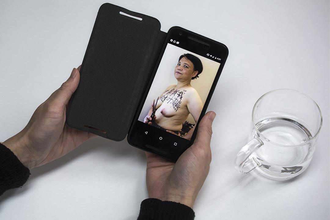 """艾晓明在胸前写着""""开房找我,放过叶海燕""""照片。"""