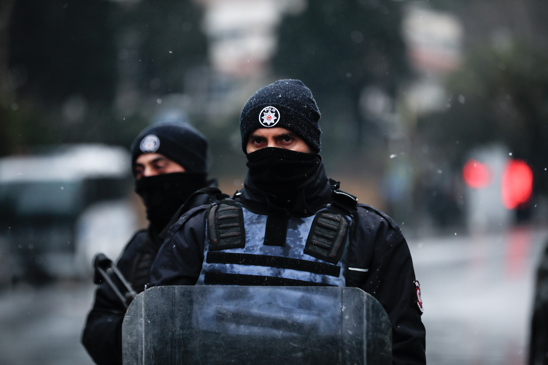 在托尼看來,對恐懼的政治利用,就像911事件一樣,是最嚴重的道德濫用。圖為2017年1月1日土耳其伊斯坦堡一家夜店遭恐襲之後警方守衛在附近區域。
