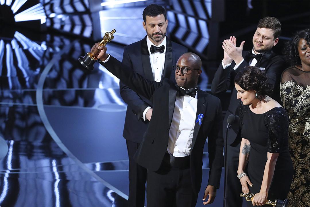 《月亮喜歡藍》(Moonlight)奪得今年「最佳影片」,導演Barry Jenkins上台領獎。