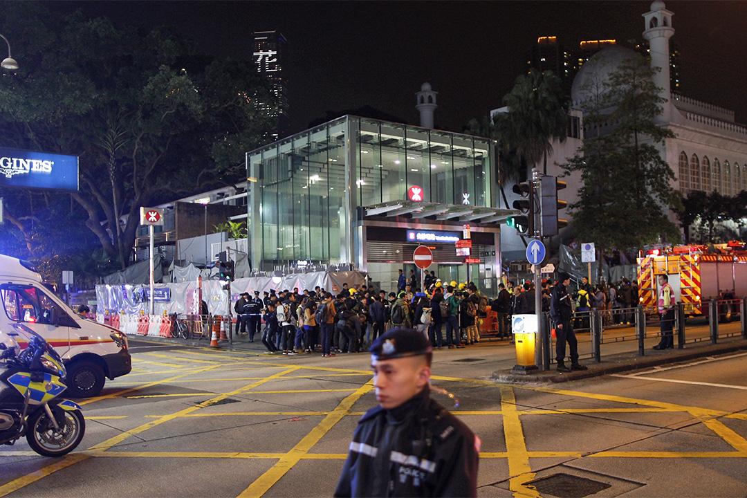 尖沙咀地鐵站外,警方及救護人員守候。