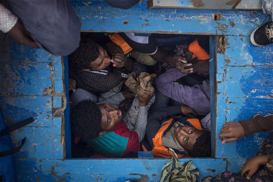 厄立特里亞移民擁擠在一艘大型木船,木船共載了約540名男子,婦女和兒童,準備經地中海到其他安全地方。