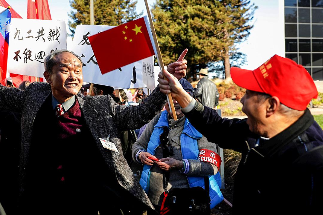 台灣與北京對「九二共識」與「兩岸同屬一中」的立場南轅北轍,造成兩岸關係僵持。圖為2017年1月14日,在美國加州,有台灣總統蔡英文的支持者與親中支持者在遊行中互相指罵。