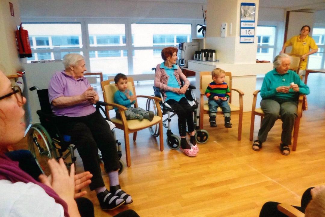 流星幼稚園的孩子在老師的帶領下和老人們一起遊戲。
