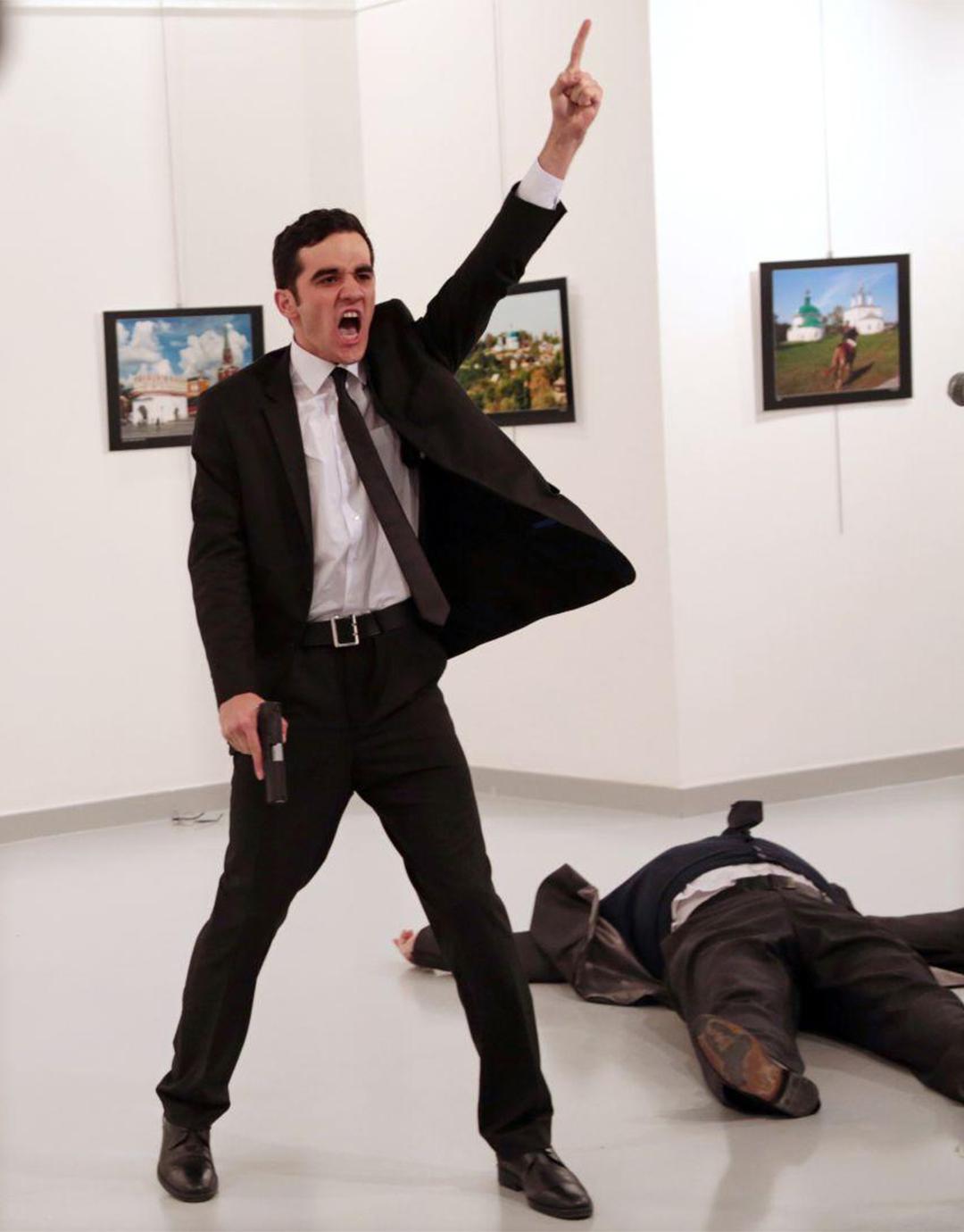 2016年12月19日,在土耳其的一家畫廊內,22歲的休班警員Mevlüt Mert Altıntaş射殺俄羅斯駐土耳其大使Andrey Karlov,並大聲呼喊。