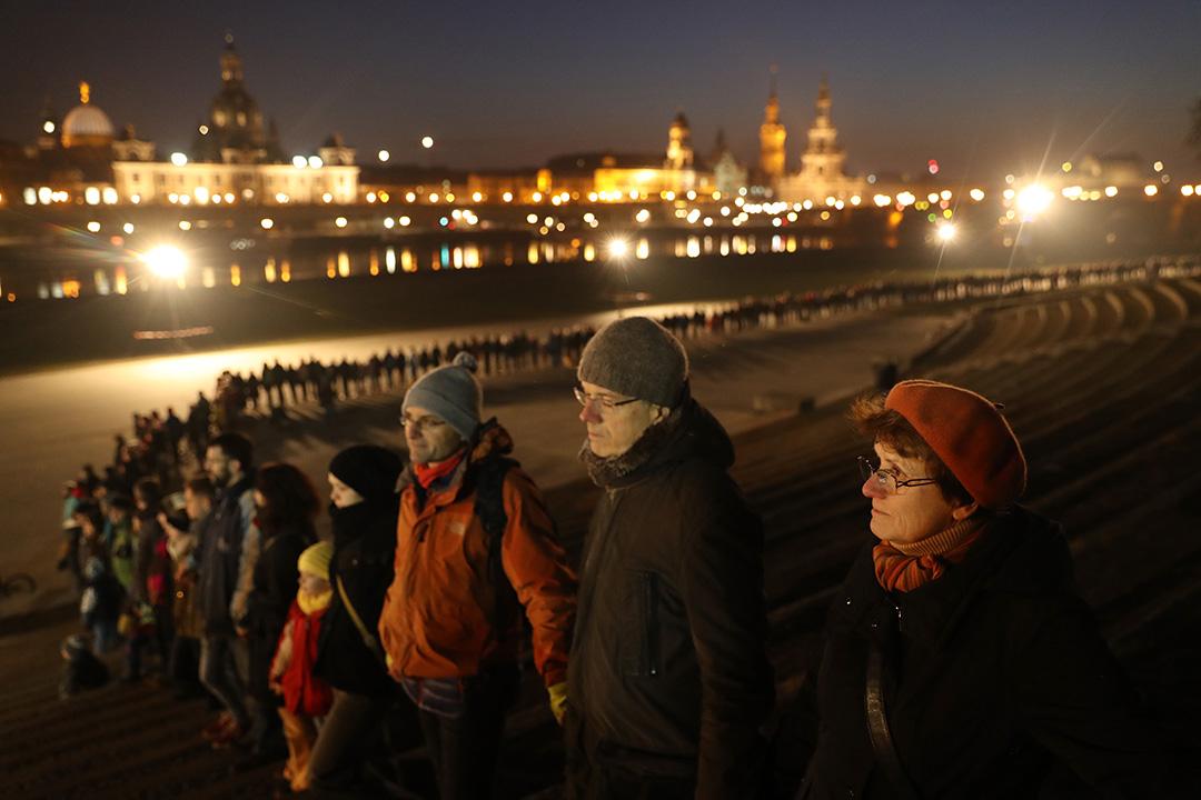 2017年2月13日,德國德累斯頓,民眾在市中心拉手構成人鏈,紀念72年前大空襲下的死難者。