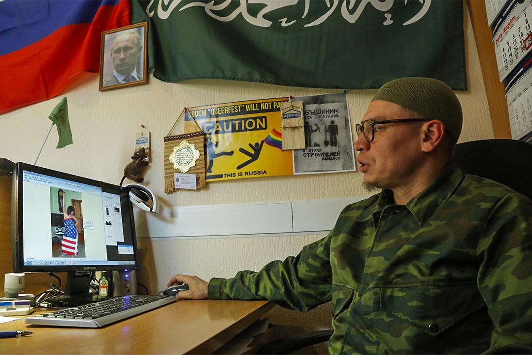 Timur Bulatov自稱為反同性戀「獵人」,帶頭反對Isaev。