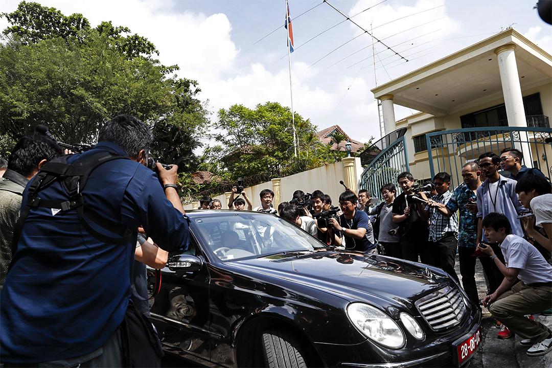 馬來西亞警方正追捕三名仍在當地的北韓人,包括北韓駐當地大使館二等秘書。 圖為2017年2月23日,馬來西亞北韓大使館門外。