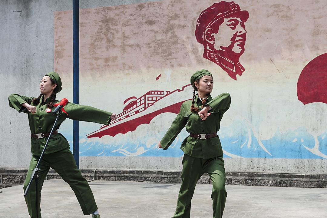 红卫兵特色的忠字舞。