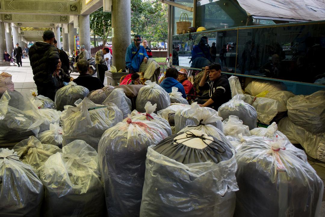 在保全和社福機構的管理幫助下,街友也過着規律的生活,晚上九點半後才能從領到標有編號的大塑膠袋中拿出睡袋就寢。