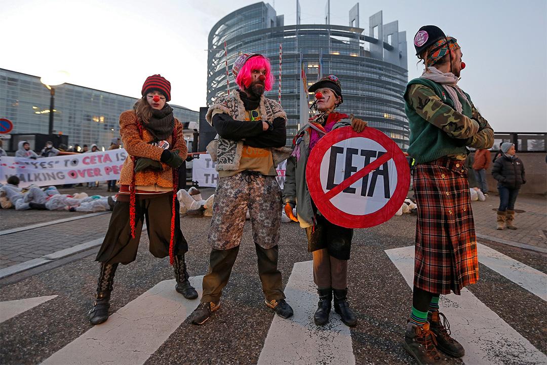 2017年2月15日,示威者打扮成小丑於法國歐洲議會前反對加拿大與歐盟的全面的經濟貿易協定(CETA)。