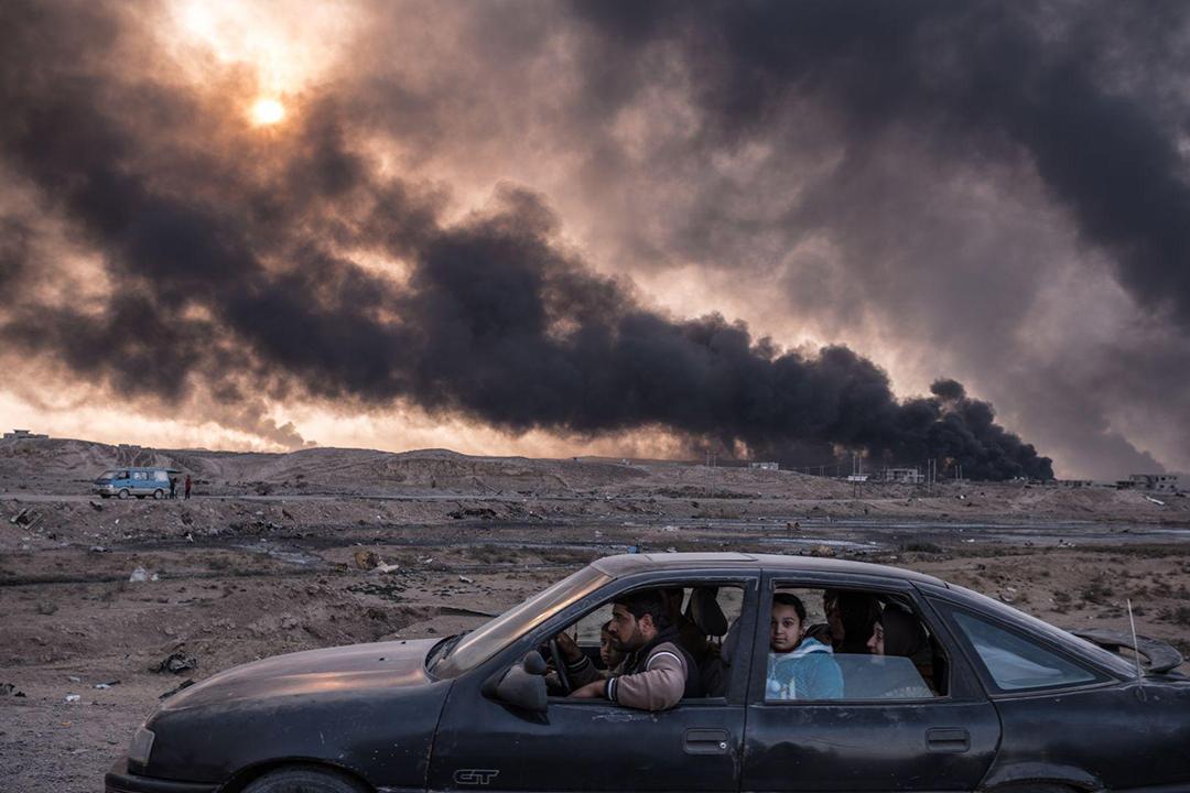 2016年11月12日,在伊拉克第二大城市摩蘇爾,一個家庭正開車逃離戰火。