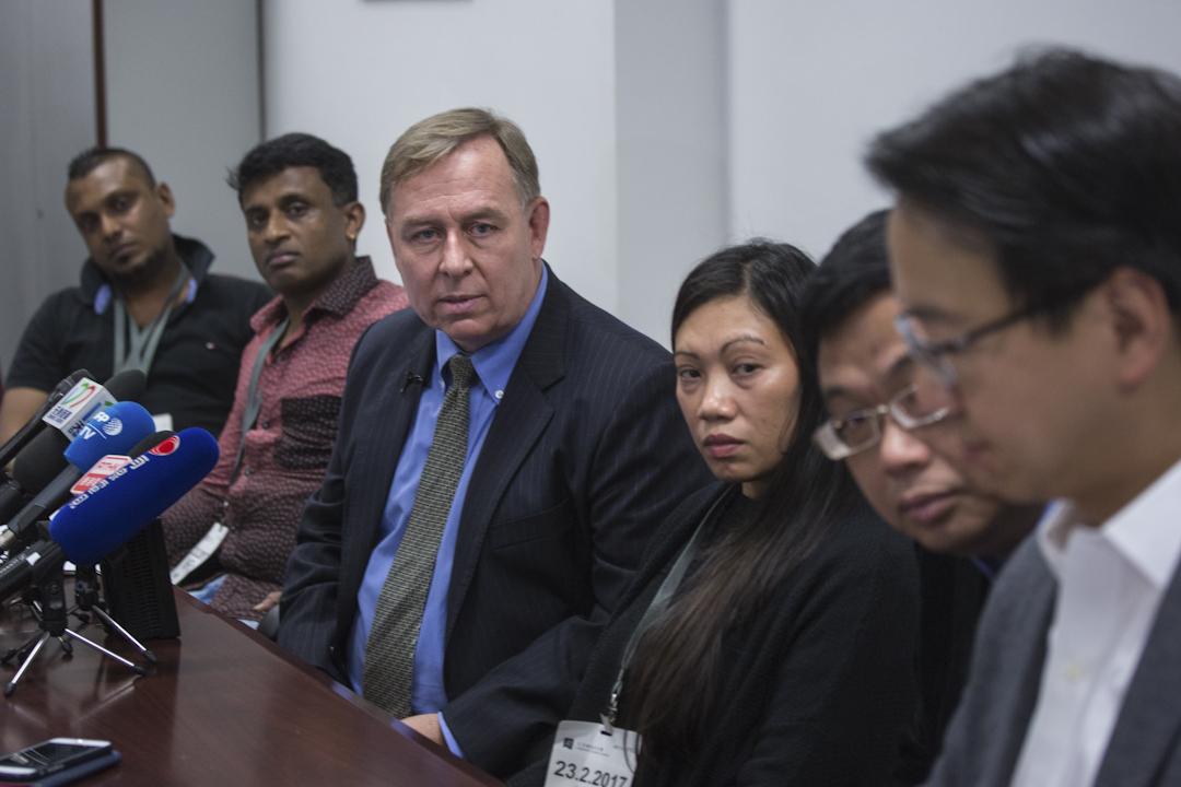 2月23日中午,三个难民家庭Supun、Nadeeka、Ajith和Vanessa在香港立法会议员莫乃光、涂谨申和代表律师罗伯特·提伯(Robert Tibbo)、文浩正陪同下,召开了新闻发布会。