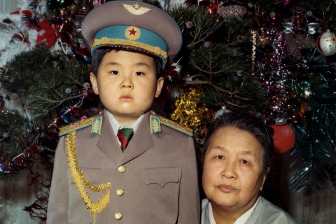 1975年1月,金正男小時候穿著軍裝與他的祖母拍照。