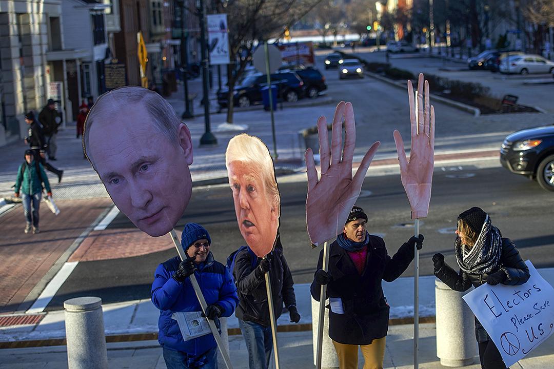 當前美國的與論氛圍中,任何牽涉到反對俄羅斯或普丁的陰謀論都會自動被視為可信。圖為抗議特朗普與普丁的示威者。