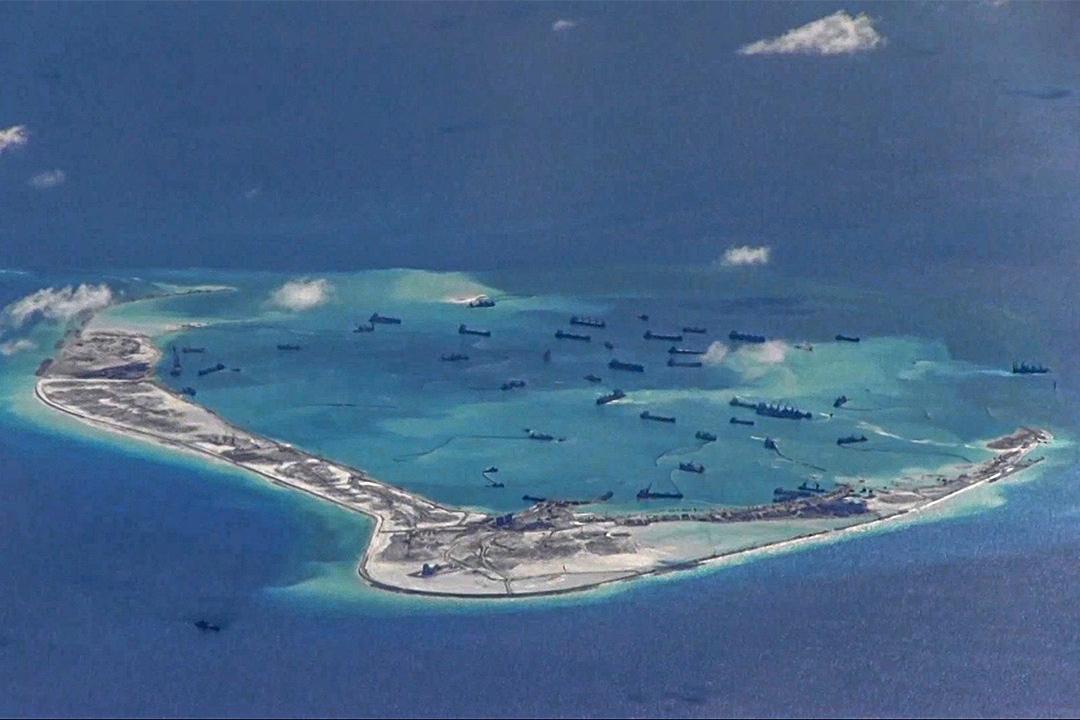 中國的挖沙船在南沙群島美濟礁周圍水域。