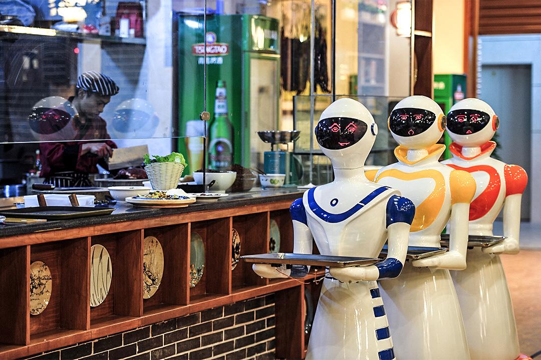 現時內地已有不少餐廳使用機器人服務客人,圖為湖南張家界的一家機器人主題餐廳。