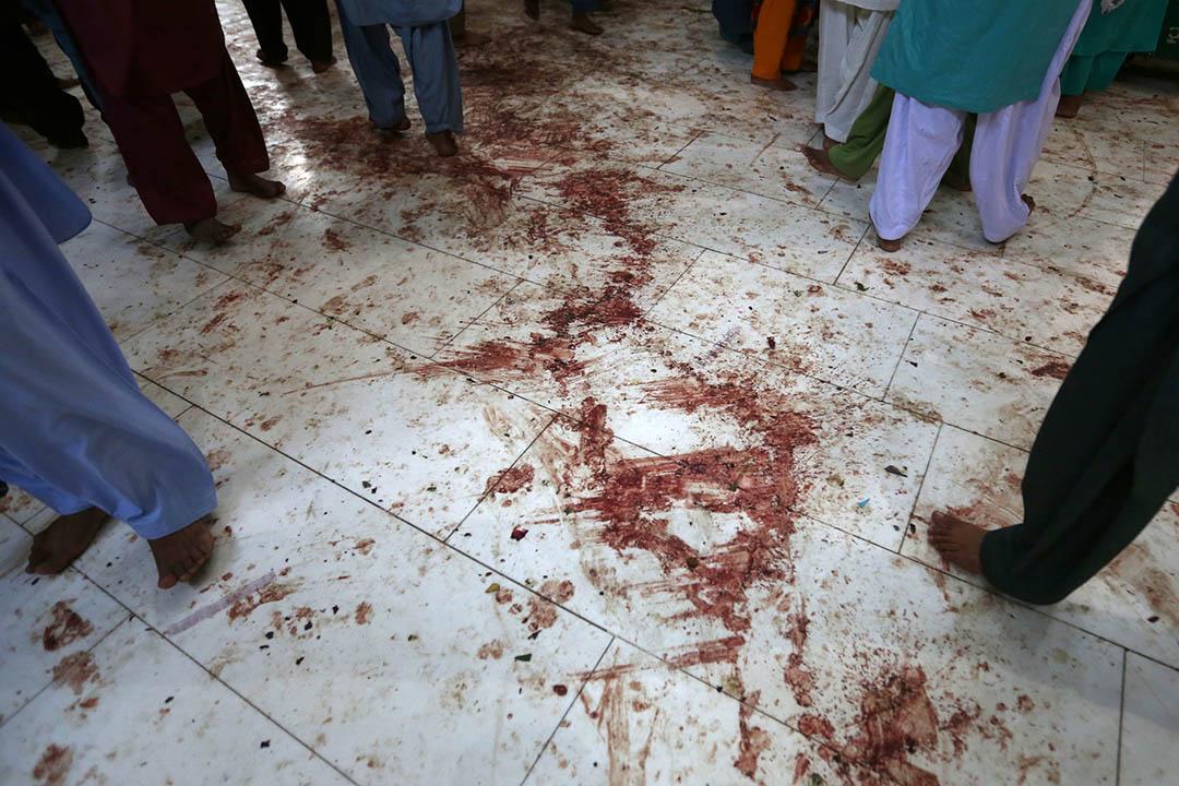 2017年2月17日,巴基斯坦信德省,伊斯蘭蘇菲派信徒走過滿佈鮮血的清真寺地板。2月16日,該省塞赫萬市(Sehwan)的一座伊斯蘭蘇菲派清真寺遭遇自殺式炸彈襲擊,造成至少75人死亡、逾150人受傷。恐怖組織「伊斯蘭國」(IS)事後宣稱策動了這宗襲擊。
