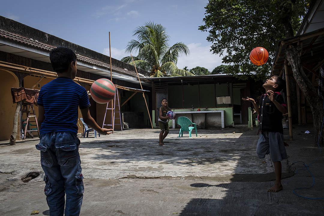 2017年2月12日,印尼棉蘭,幾名羅興亞人孩童在位於棉蘭的難民營外玩耍。自 2015 年起,約有 87, 000名羅興亞人為逃避緬甸當局的迫害,而逃往印尼、馬來西亞和泰國。緬甸政府週一表示,將計劃調查警察有否在羅興亞人緬甸主要聚居地若開邦北部發生侵權行為。