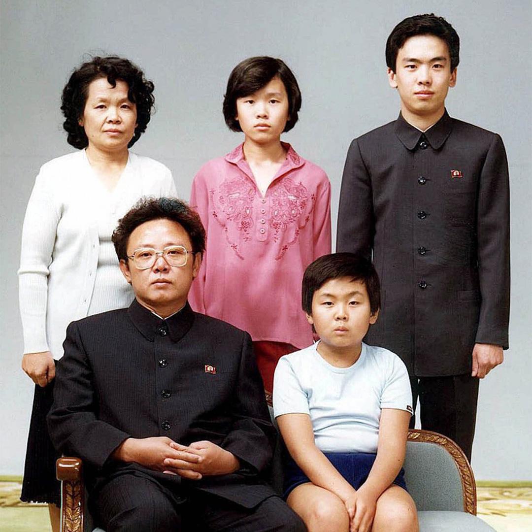 金正男(右下)作為金正日的第一個兒子,自小受到父親寵愛,攝於1981年北韓平壤。