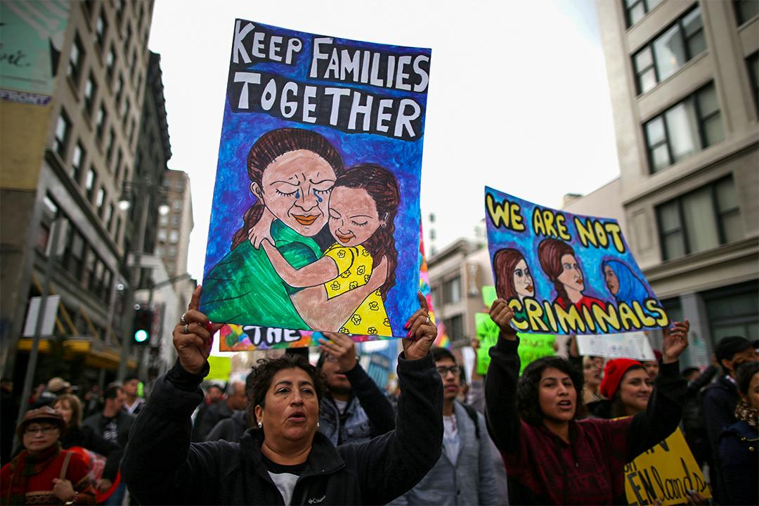 2017年2月18日,人們在美國洛杉磯參加遊行,爭取人權和移民尊嚴。
