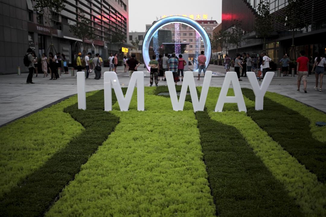 2016年8月1日,北京中關村智造大街,街口的智能文字懸掛噴泉吸引了眾多市民參觀。