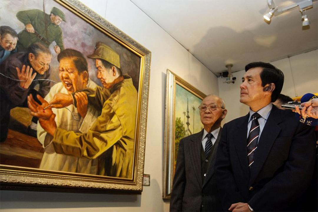 馬英九在2008年2月25日,於台北參加二二八事件的畫展。