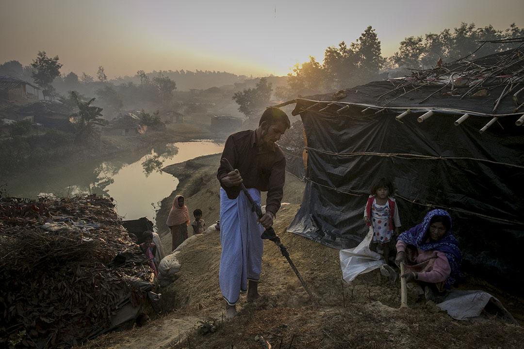 2017年2月8日,孟加拉科克斯巴扎爾,信奉伊斯蘭教的少數民族羅興亞人(Rohingya)Abdul Shukor現居於難民營中。兩個月前,Abdul Shukor 位於緬甸的村莊被政府軍襲擊,軍人在他面前殺害其18歲的兒子。他為求生存,只好逃到孟加拉。聯合國估計,自去年10月以來,約有69 000名羅興亞人從緬甸逃到孟加拉。
