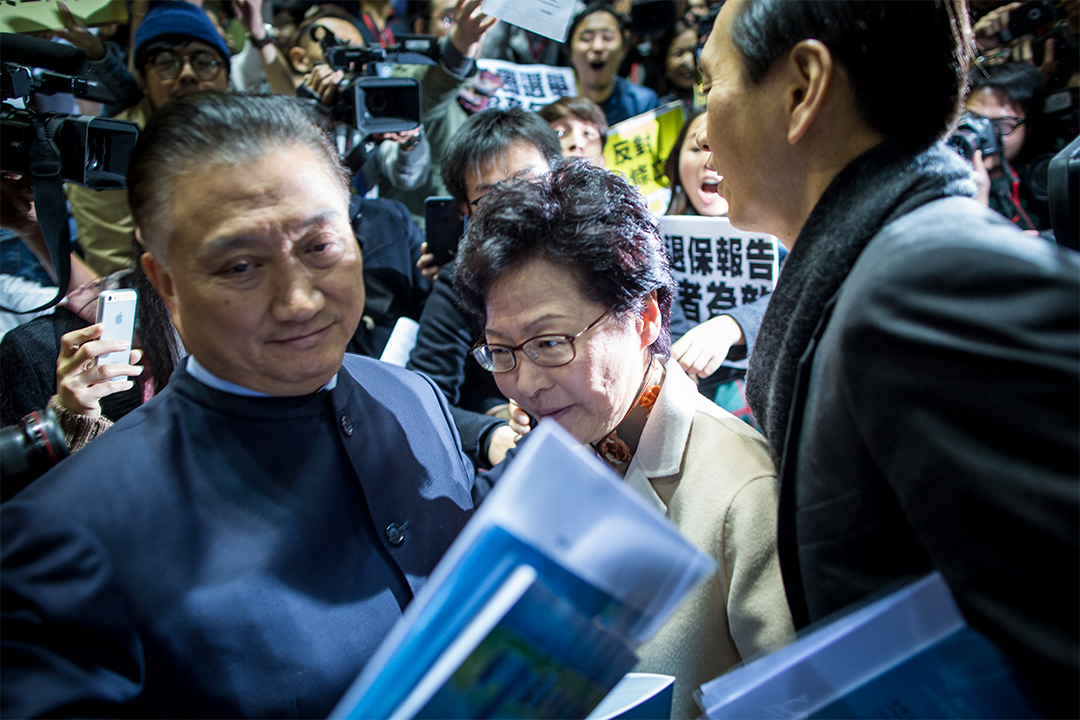 有香港眾志和人民力量等成員在場外示威。