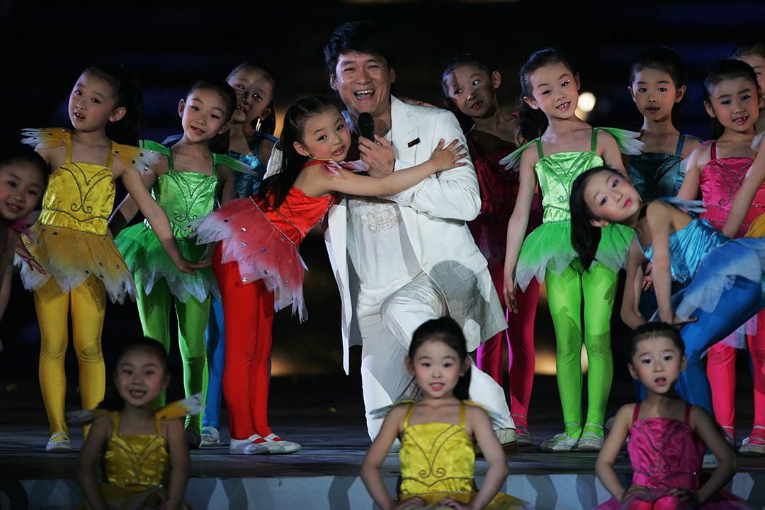 這就是彼時大人心中兒童表演的固定形象,一個標準的「舞台上的乖孩子」的審美樣板。