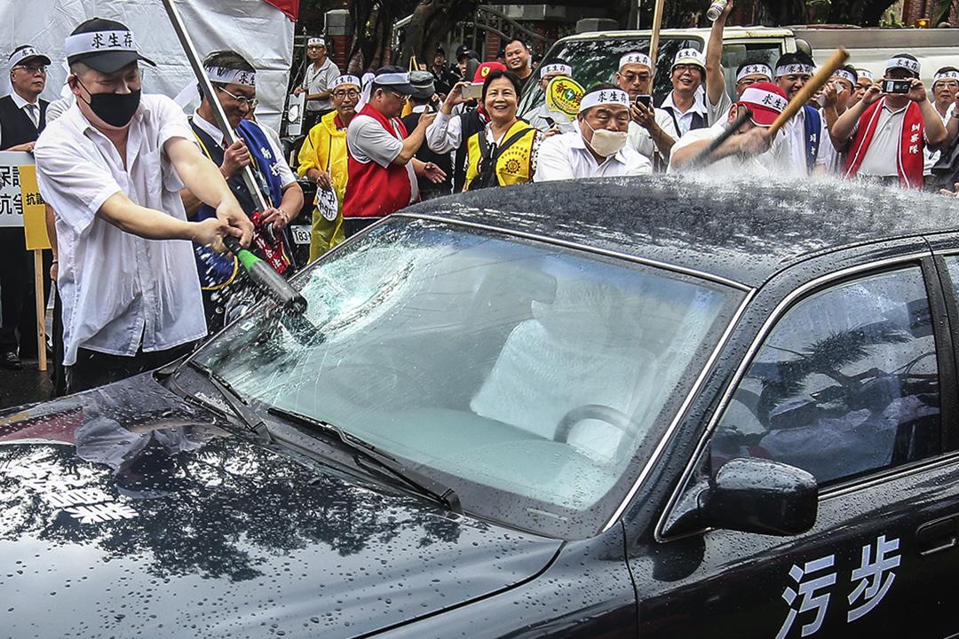 台灣計程車司機不滿UBER違法營業,影響合法計程車生計。