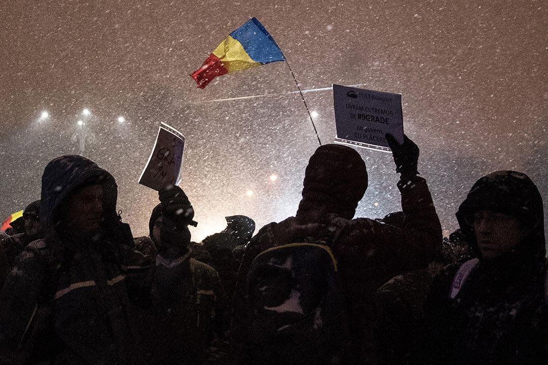 2017年2月8日,羅馬尼亞布加勒斯特,示威者在風雪飄搖下走上街頭,在勝利廣場高舉旗幟,大聲吶喊。近日,當地爆發了自1989年以來最大規模的示威活動,反對政府將「輕微」濫用職權等罪行非刑事化的緊急政令,政府最終撤回。惟示威者仍不滿政府仍將就職務犯罪非刑事化提交新草案,其中一些示威者更要求總理索林·格林代亞努(Sorin Grindeanu)辭職下台。