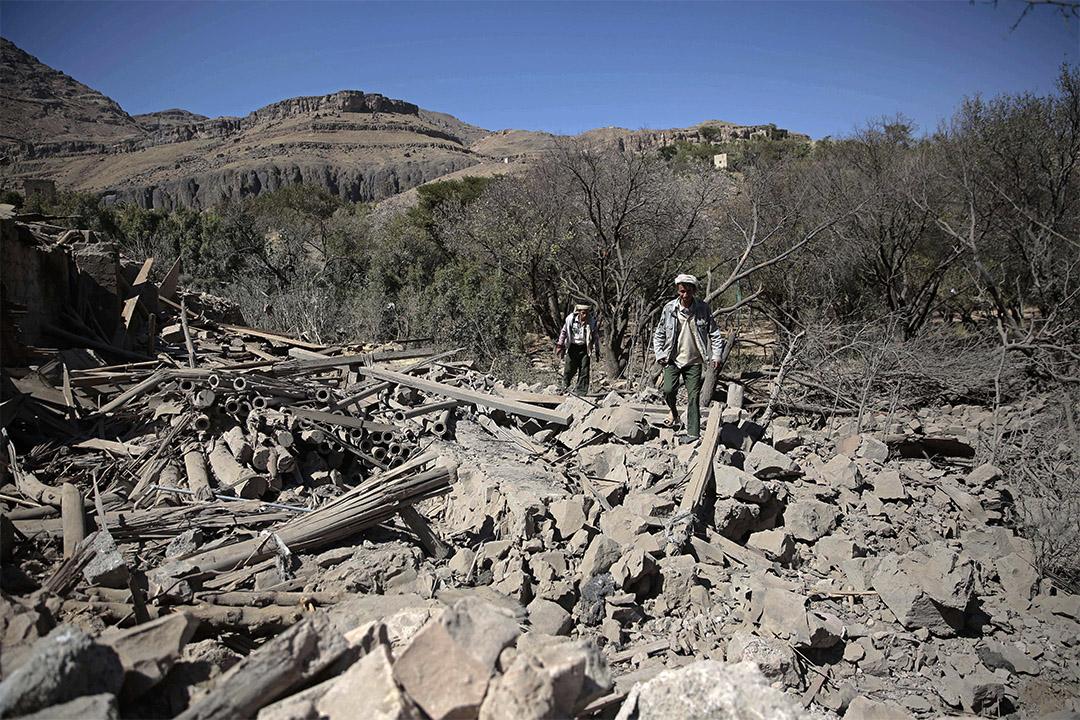 由沙特為首的空襲摧毀也門當地房屋,人們瓦礫上行走。