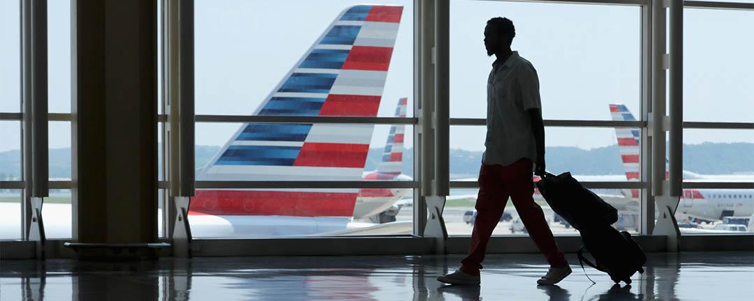 2016年5月27日,美國,一個人在華盛頓國家機場內拉著行李。