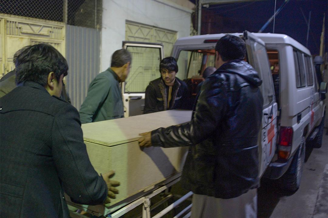 有人正搬運一名紅十字國際委員會成員的棺材,該成員在阿富汗朱茲詹省被槍手射擊致死。