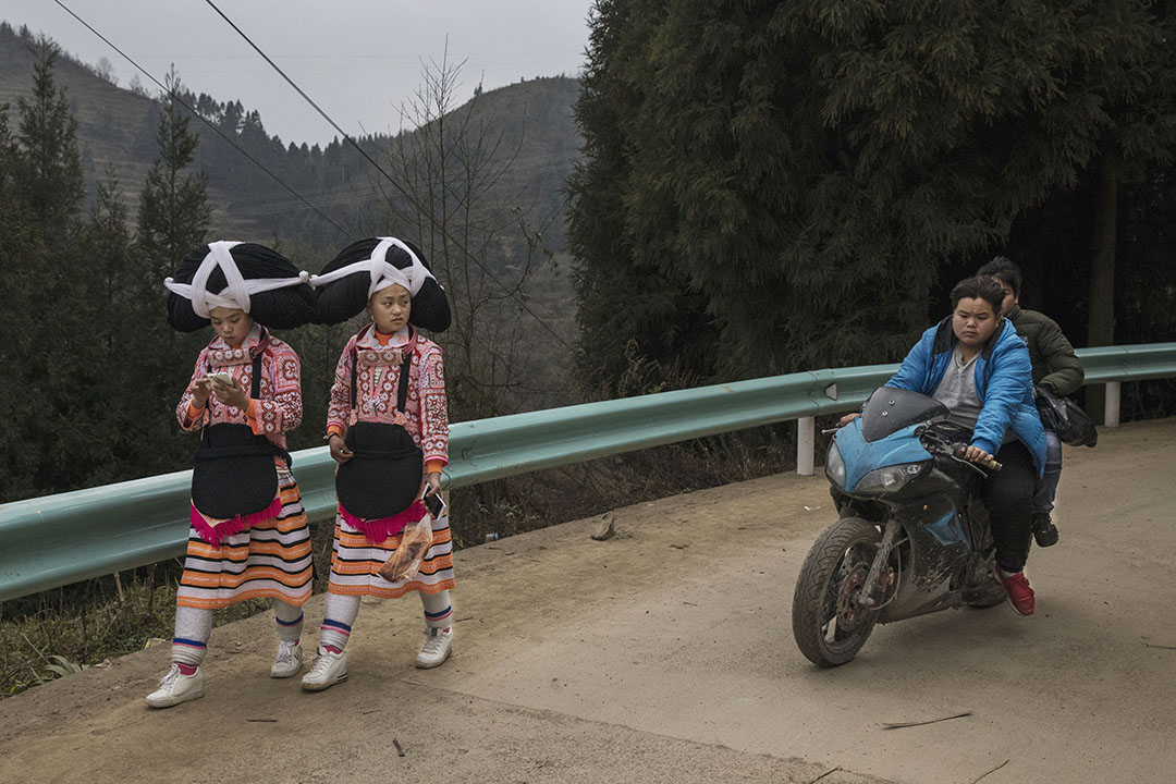 2017年2月6日,中國貴州龍江村攏嘎 ,屬少數民族苗族支系的長角苗族的 15歲姐姐熊萬梅(Xiong Wanmei) 及其14歲妹妹熊萬英(Xiong Wanying)於新春期間穿著少數民族頭飾。該頭飾由麻布,羊毛和他們祖先的頭髮圍繞著動物頭角或一個木夾子而成。由於越來越多長角苗族中的年輕一代前往城市工作,令長角苗族其古老的傳統,語言和文化正在褪色。